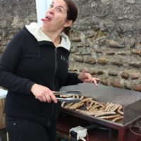 Stéphanie cuit les saucisses