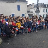 Les enfants réunis pour chanter la Marseillaise